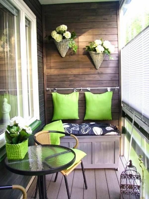 балкон с зелеными подушками